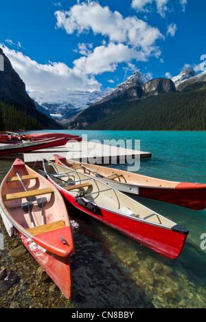 Red canoe per noleggiare sul Lago Louise e il Parco Nazionale di Banff Alberta Canada America del Nord Foto Stock