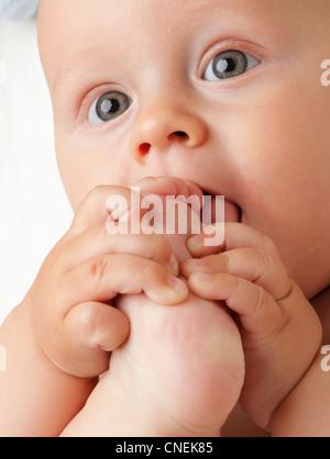 Ritratto di 6 mesi bambino maschio baby boy in blue eye Foto Stock
