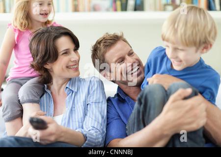 Famiglia insieme rilassante sul lettino Foto Stock