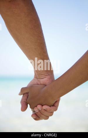 Giovane Holding Hands, ritagliato Foto Stock