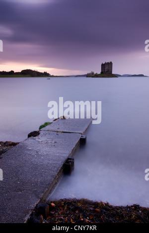 Scivolo che conduce attraverso il Loch Linnhe a Castle Stalker, Highlands scozzesi, Scozia Foto Stock