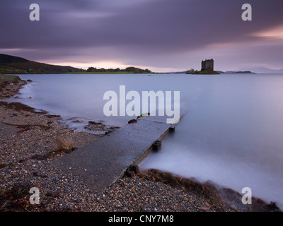Scivolo di cemento che conduce al castello di Stalker e Loch Linnhe, Argyll, Scozia. In autunno (ottobre) 2008 Foto Stock