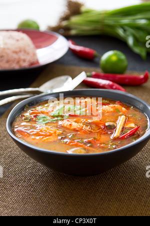 Amaro e piccante zuppa tailandese [s Tomyum kung] Foto Stock