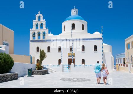 Piazza del Villaggio con una chiesa in Oia sull'isola greca di Santorini in estate Foto Stock