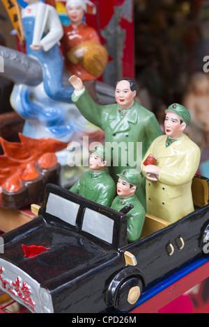 Vintage propaganda comunista cinese figurine in vendita a Hollywood Road, Hong Kong, Cina, Asia Foto Stock