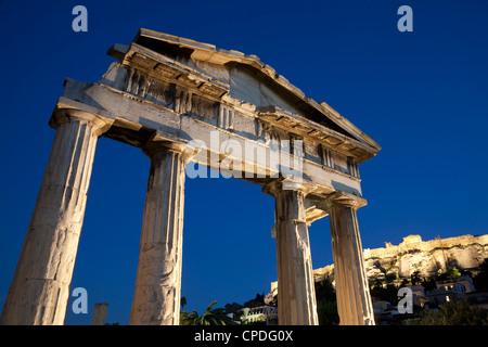 Porta di Atena Archegetis e l'Acropoli di notte, Sito Patrimonio Mondiale dell'UNESCO, Atene, Grecia, Europa Foto Stock