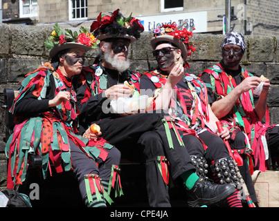 Quattro membri del confine FOX Morris ballerini prendere una pausa a Holmfirth Festival del Folk 2012 Foto Stock