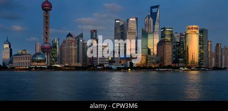 Panorama al tramonto riflesso rosso in alto le torri finanziarie e gli alberghi nella Pudong lato est di Shanghai Foto Stock