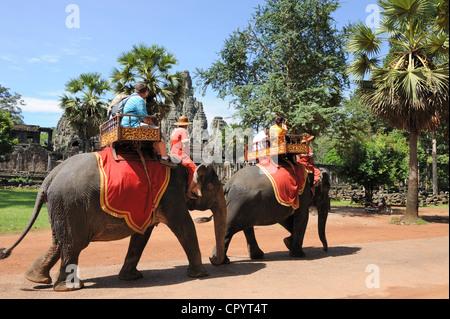 SIEM REAP, Cambogia - 12 agosto: turisti ride l'elefante e visitate il tempio Bayon il 12 agosto 2011 in Angkor Foto Stock