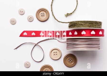 Close up di nastro, stringa e pulsanti Foto Stock