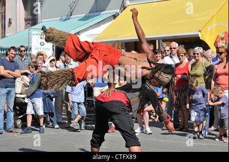 Animazione di nero di due artisti di strada facendo acrobazie al Gentse Feesten / Gand Festeggiamenti in estate, Foto Stock