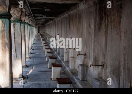 Esterno della Moschea Blu, Sultan Ahmet Camii, dove il piede può essere lavato prima di entrare in Istanbul Turchia Foto Stock