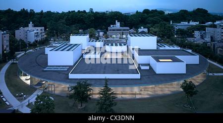 Xxi secolo Museum, Kanazawa, Giappone. Architetto: Sanaa, 2012. Elevato livello generale vista al tramonto. Foto Stock