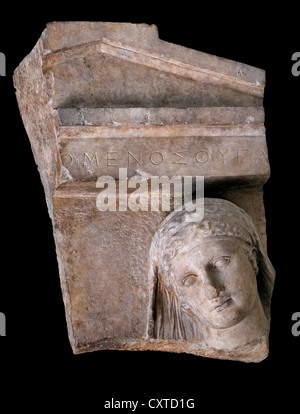 Frammento di una tomba in marmo stele di una donna attico greco 400-390 A.C. figlia di Omenes Foto Stock