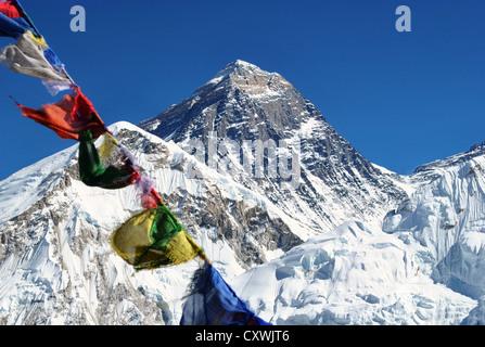 Vista del Monte Everest con cielo blu sullo sfondo e la preghiera buddista bandiere in primo piano Foto Stock