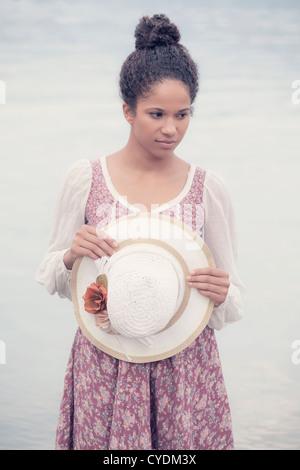 Una donna in un Vintage dress in acqua Foto Stock