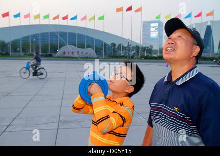 Cina Shanghai Pudong Xin distretto orientale Centro Sportivo uomo asiatico senior nonno ragazzo nipote di insegnamento Foto Stock