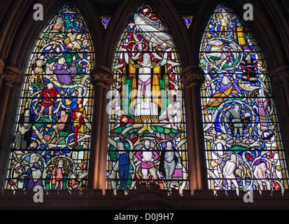 Uno dei la macchia e finestre di vetro nella Cattedrale di Southwark raffigurante un gioco di Shakespeare. Foto Stock