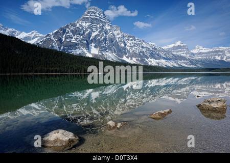 Mt. Chephren riflessa nella Bassa Waterfowl Lake, il Parco Nazionale di Banff, Alberta, Canada Foto Stock
