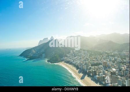 Vista aerea della spiaggia di Ipanema e Morro Dois Irmaos, Rio de Janeiro, Brasile Foto Stock