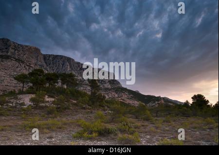 Montagne Sainte Victoire all'alba, Provenza, Francia Foto Stock