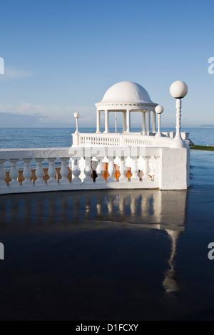 I colonnati da De La Warr Pavilion e lungomare a Bexhill-on-Sea, East Sussex, England, Regno Unito, Europa Foto Stock