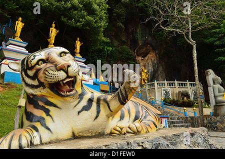 Statua di tigre, tigre tempio nella grotta (Wat Tham Suea), Provincia di Krabi, Thailandia, Sud-est asiatico, in Foto Stock