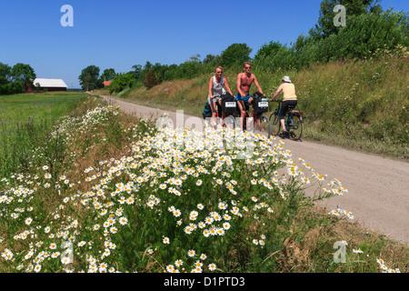 I ciclisti su una strada di ghiaia in campagna Foto Stock
