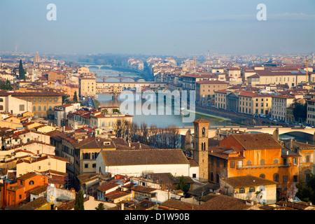 Firenze - Ponte Vecchio e la città nella luce del mattino Foto Stock