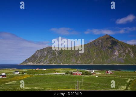 New Scenic 5 posti villaggio di Flakstad con tradizionale chiesa norvegese sulle isole Lofoten in Norvegia Foto Stock