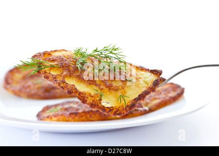 Fritti frittelle di patate con aneto su sfondo bianco Foto Stock