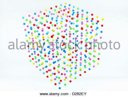 La disposizione a griglia di sfere multicolore in forma di cubo su sfondo bianco Foto Stock