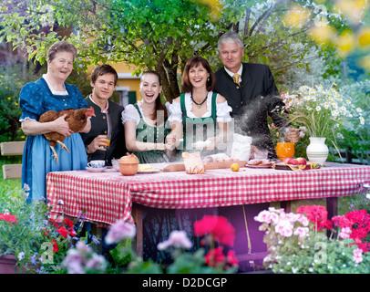 Famiglia in tradizionali abiti bavarese Foto Stock