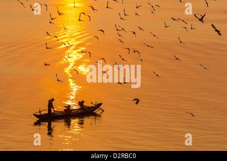 I pescatori di sunrise, il fiume Tonle Sap, Phnom Penh, Cambogia, Indocina, Asia sud-orientale, Asia Foto Stock