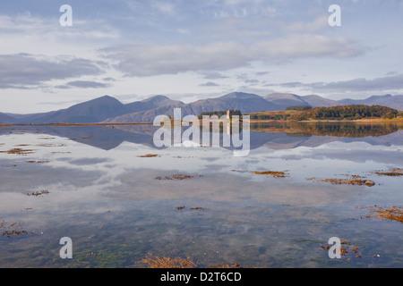 Castle Stalker riflettendo nelle acque di Loch latch, Argyll and Bute, Scotland, Regno Unito, Europa Foto Stock