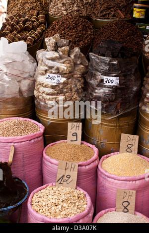 Cibo per la vendita nel souk di Marrakech, Marocco Foto Stock