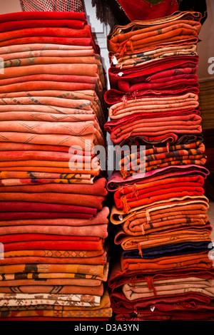 Tappeti per la vendita nel souk di Marrakech, Marocco Foto Stock