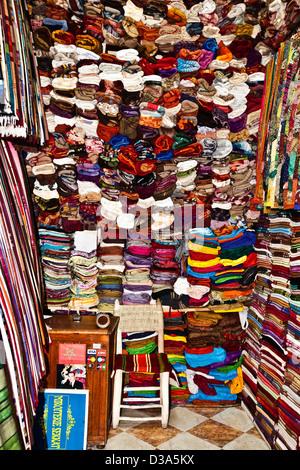 Sciarpe in vendita nei souk di Marrakech, Marocco Foto Stock