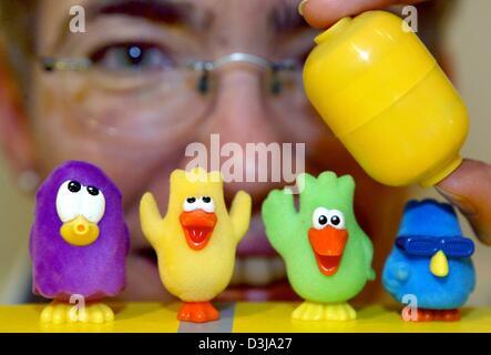 (Dpa) - Un dipendente del museo di arti applicate detiene l'interno in plastica di colore giallo uovo più piccolo Foto Stock