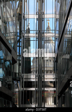 La Cattedrale di St Paul e si riflette in una nuova modifica Shopping Centre, City of London, England, Regno Unito, Foto Stock