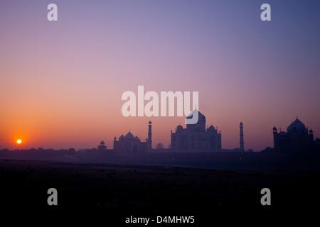 Alba sul Taj Mahal visto dal mehtab bagh park, attraverso l'essiccato fino fiume Yamuna Foto Stock