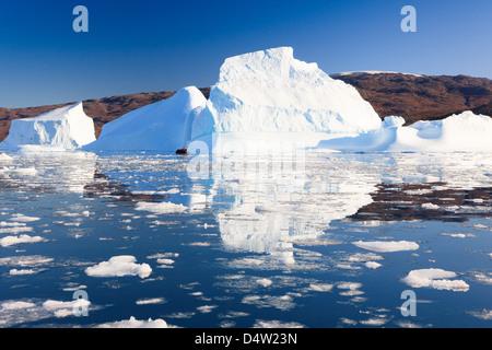 Crociera tra gli iceberg a Røde Ø, Scoresbysund, Groenlandia Foto Stock