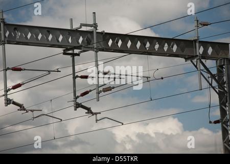 Tensione alta linee di alimentazione aeree sulla linea principale della costa occidentale dello Staffordshire. Foto Stock
