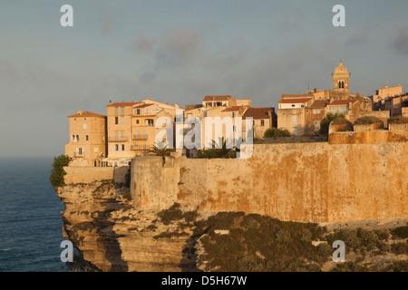 Francia, Corsica, Bonifacio, cliffside case, alba Foto Stock