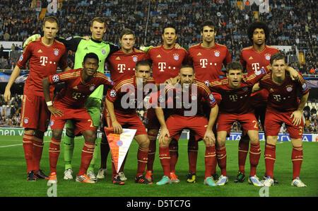 Monaco di Baviera a partire line-up con David Alaba (bancata anteriore, L-R), Philipp Lahm, Franck Ribery, Thomas Foto Stock