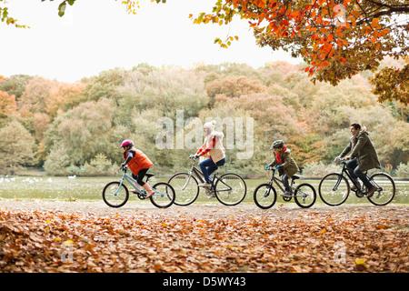 Famiglia equitazione biciclette insieme in posizione di parcheggio Foto Stock
