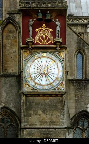 L'orologio medievale sulla parete esterna del transetto nord, Cattedrale di Wells Somerset, Inghilterra Foto Stock