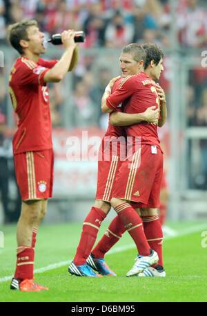 Monaco di Baviera Bastian SCHWEINSTEIGER (R) è sostituito per Javier Martinez (C) durante la Bundesliga soccer match Foto Stock