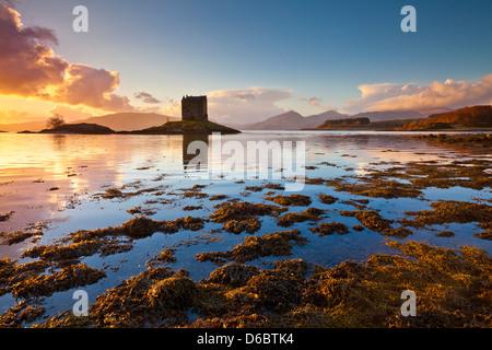 Silhouette al tramonto di Castle Stalker Loch latch Loch Linnhe Port Appin Argyll Scozia highlands scozzesi, UK, Foto Stock