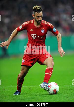 Monaco di Baviera, Germania. 16 Aprile, 2013. Monaco di Baviera Diego è contento gioca la palla durante la DFB Cup Foto Stock